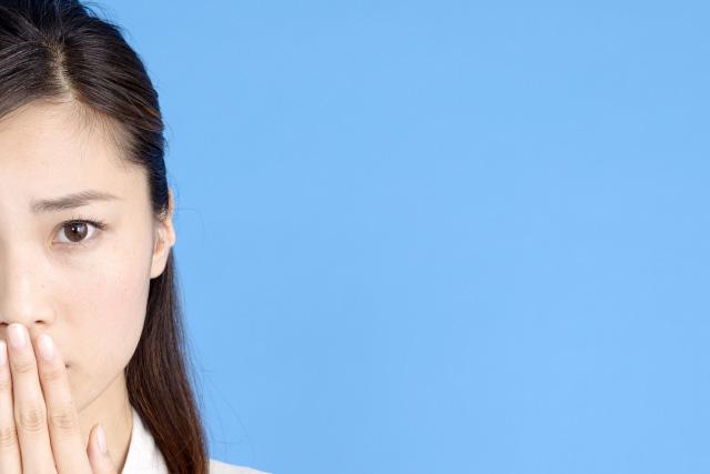 口をおさえる女性の画像