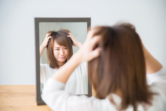 頭をぐしゃぐしゃにしている女性の画像