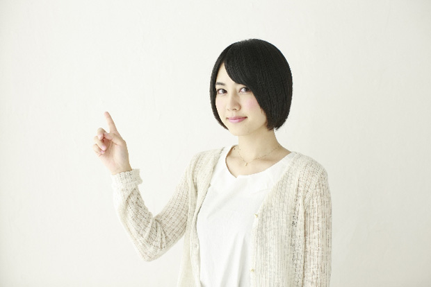 ひとさし指を立ててる女性画像